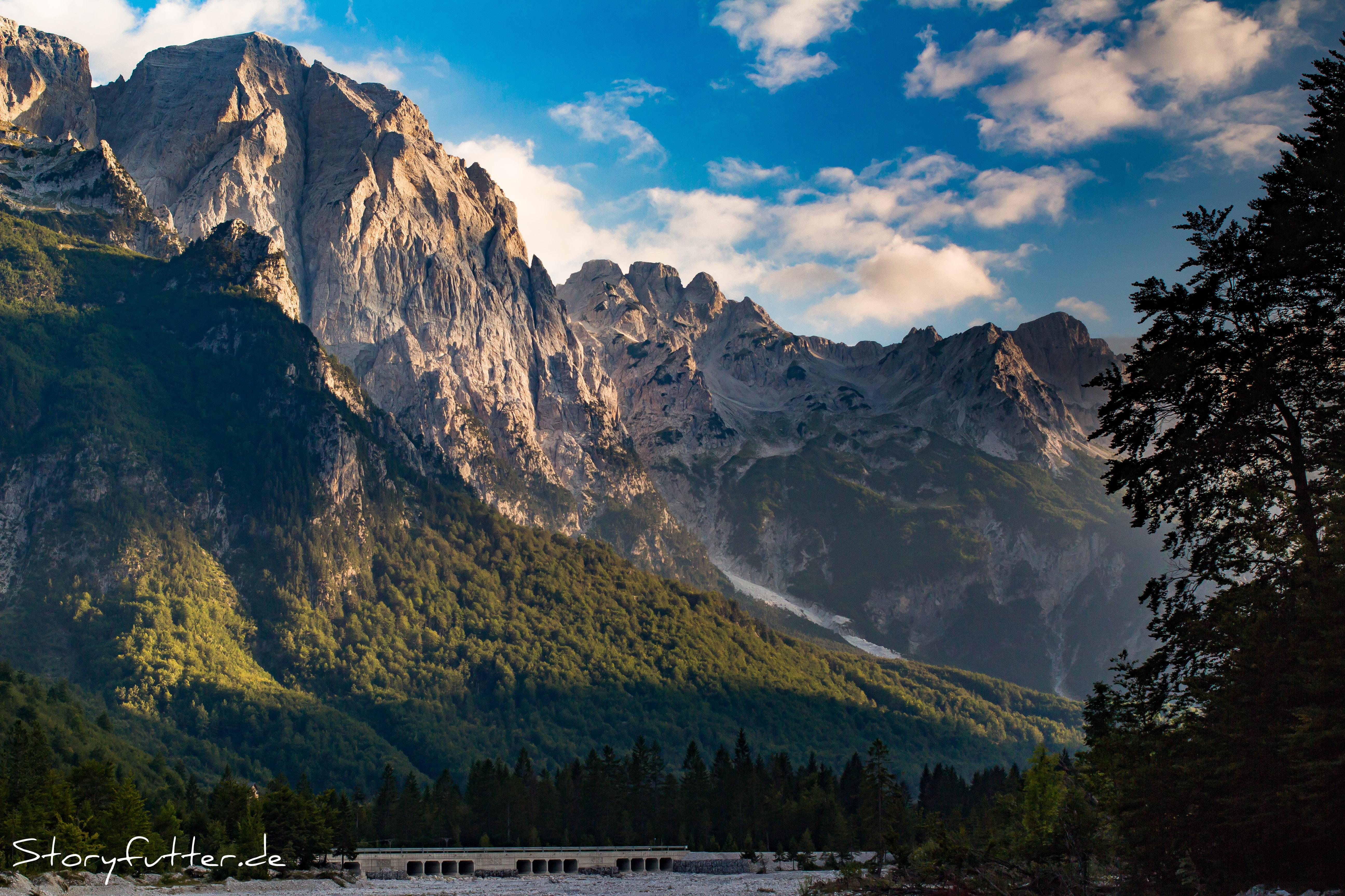 Atemberaubende Aussichten auf die Bergflanke, die Valbone von Teth trennt.